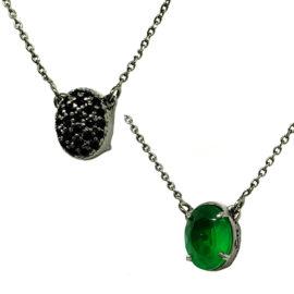 Colar pingente dupla face lado cristal verde lado zircônias pretas