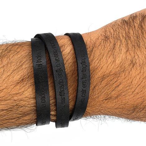 pulseira de couro masculina cor preta com oracao pai nosso fecho magnetico loja brilho folheados 7