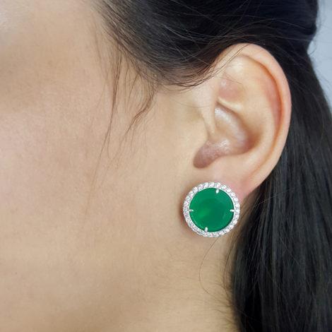 R1690065 brinco solitario grande com pedra de cristal verde com zirconia branca folheado a rodio cor prata sabrina joias brilho folheados foto orelha modelo