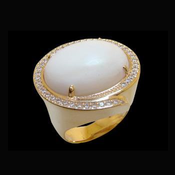 Anel pedra madre perola oval zirconias nas laterais folheado ouro 18k semijoia bruna brilho folheados 1