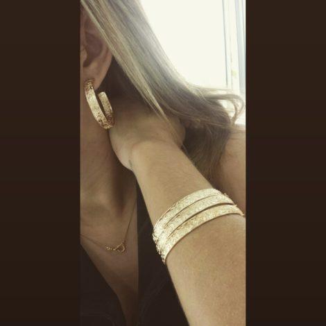 Bracelete estampado BP0449 bruna semijoias brilho folheados foto real modelo