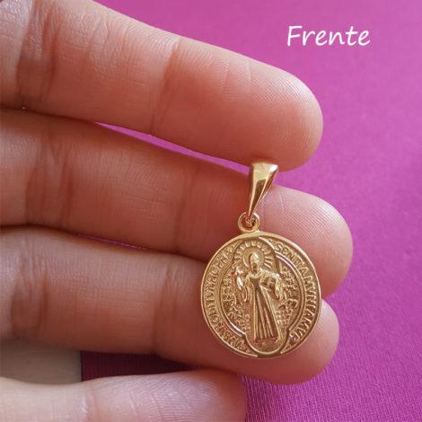 foto frente medalha de sao bento folheado ouro 18k brilho folheados sabrina joias