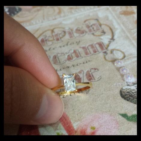 anel solitario delicado foto real