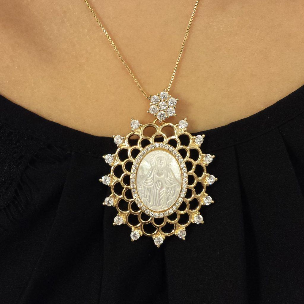 3fa023797ce88 colar-maxi-medalha-madre-perola-cravejado-zirconias-nossa-senhora-gracas -brilho-folheados
