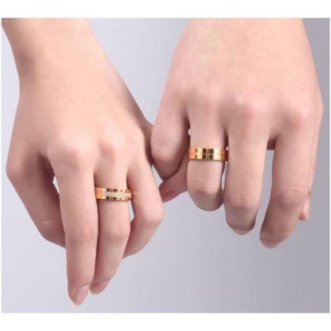 alianca casamento foto real na mao banhado ouro dourado