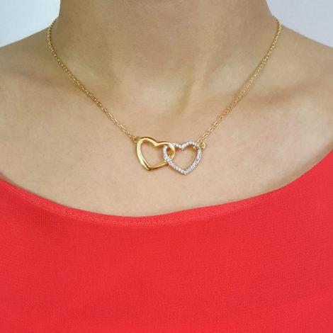 GB0225 colar 2 coracoes entrelacados joia folheada banhada ouro amarelo 18k bruna semijoias brilho folheados foto modelo
