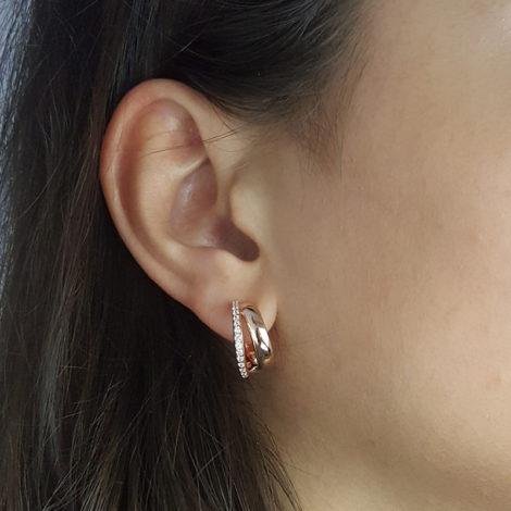 1689147 brinco argola dupla pequena folheada ouro rose com parte cravejada com zirconia branca brilhante sabrina joias brilho folheados foto modelo 2