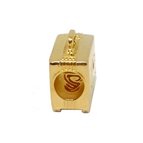 1800336 berloque no formato de uma mala folheado a ouro dourado 18k com mensagem em ingles eu amo viajar e com os 5 continentes habitaveis sabrina joias brilho folheados 1 1