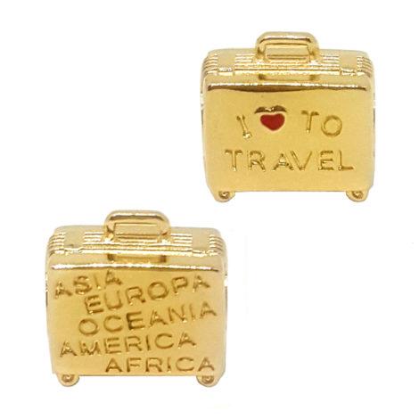 1800336 berloque no formato de uma mala folheado a ouro dourado 18k com mensagem em ingles eu amo viajar e com os 5 continentes habitaveis sabrina joias brilho folheados 1