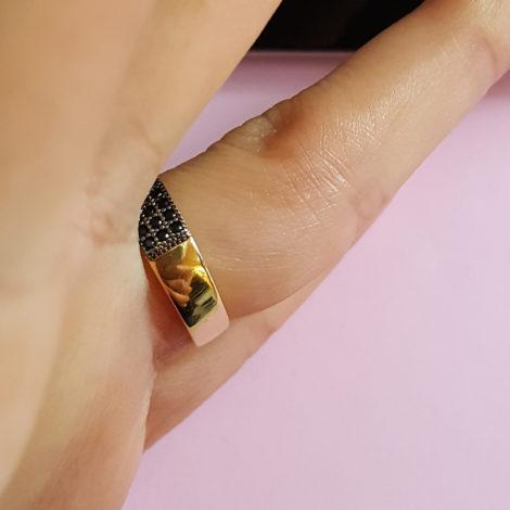 anel 3 fileiras zirconia preta joia folheada ouro marca sabrina joias loja brilho folheados foto anel visto da lateral