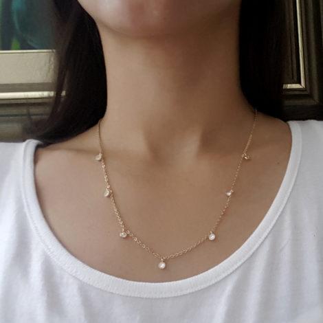 1900252 colar feminino com 7 pontos de crisitais colar com 50cm comprimento joia folheada ouro dourado 18k foto modelo brilho folheados sabrina joias