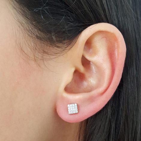 1689924 brinco quadrado mini cravejado com zirconias brancas joia folheada ouro 18k sabrina joias brilho folheados foto na orelha da modelo