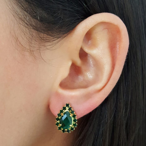 brinco cristal gota pedra verde com borda em strass verde folheado ouro 18k brilho folheados tarraxa sutia de orellha foto orelha modelo