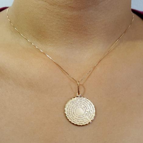 colar com medalha oval dos 10 mandamentos de jesus folheado a ouro 8k brilho folheados foto modelo