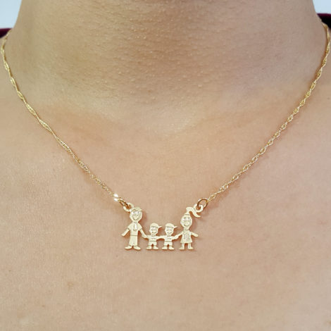 colar familia corrente singapura pingente pai mae 2 filhos meninos joia folheada ouro 18k foto modelo
