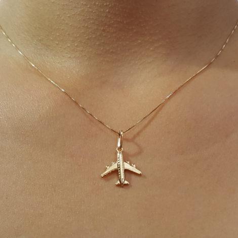 colar feminino aeromoça com corrente veneziana fina e pingente aviao joia folheada ouro 18k brilho folheados foto modelo