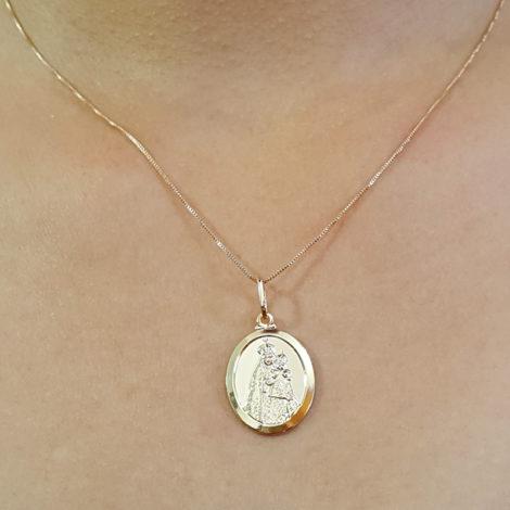 colar nossa senhora da penha corrente veneziana feminina com medalha oval folheado a ouro 18k brilho folheados foto modelo