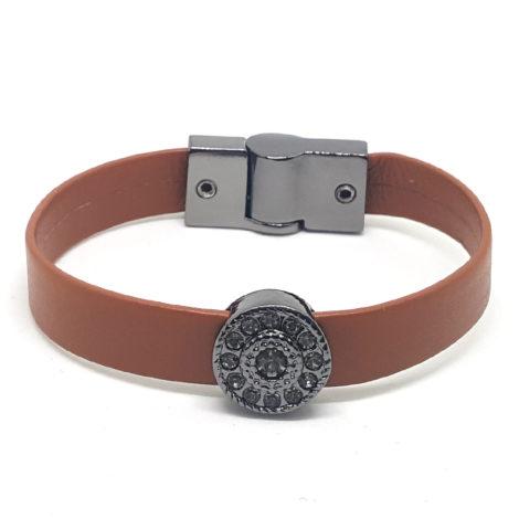 pulseira feminina couro marrom com pingente oval trabalhado com zirconias e fecho detalhes em rodio negro brilho folheados