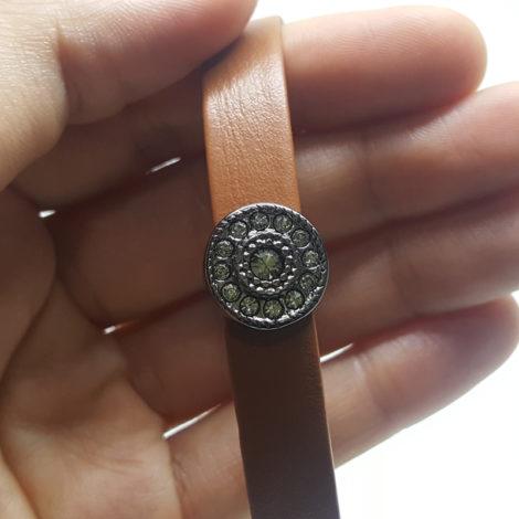 pulseira marrom com pingente oval rodio negro com zirconias brilho folheados
