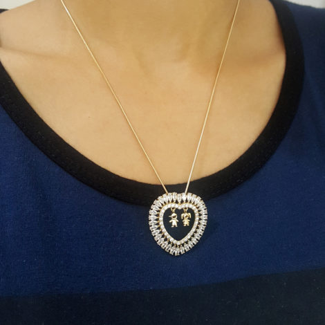 foto modelo colar com pingente de coracao com zirconias e 2 pingente casal de flhos representando filhas folheado a ouro 18k bilho folheados dia das maes