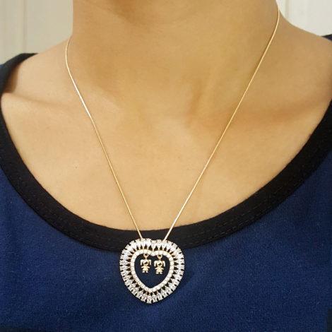 foto modelo colar com pingente de coracao com zirconias e 2 pingente de meninas representando filhas folheado a ouro 18k bilho folheados dia das maes