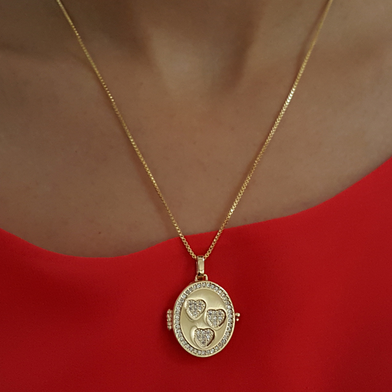 93875f582f4 Pingente relicário porta foto com corações folheado a ouro 18k dourado