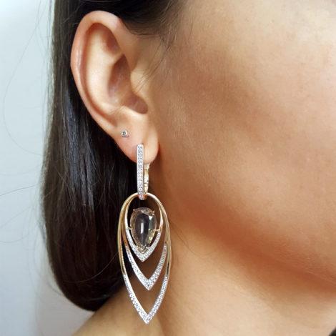 brinco com cristal gota fume e 3 metal partes no formato de gota cravejado com zirconias branca sabrina joias brilho folheados orelha modelo