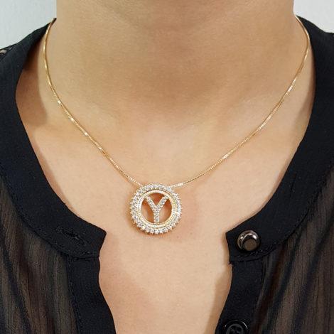 colar feminino corrente veneziana resistente com pingente letra y cravejado com zirconias branca folheado ouro dourado 18k brilho folheados foto modelo