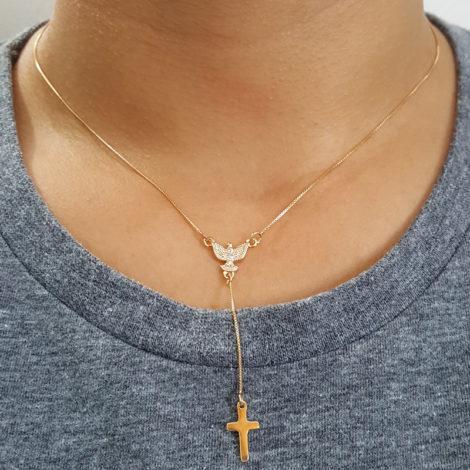 colar gravatinha com espirito santo de deus e cruz folheado a ouro 18k brilho folheados foto modelo
