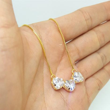 colar pingente 3 coracao zirconia cristal foto da peca na mao joia folheada ouro 18k brilho folheados