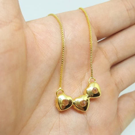 colar pingente 3 coracao zirconia cristal foto verso da peca joia folheada ouro 18k brilho folheados