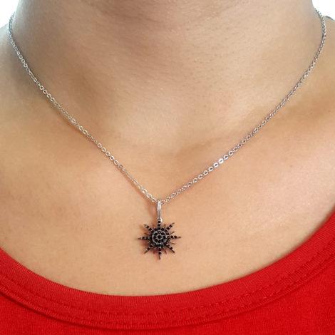 colar pingente estrelar 8 pontas com zirconias pretas folheado a rodio prateado sabrina joias brilho folheados foto pescoco modelo