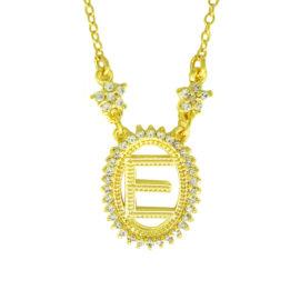 colar pingente oval com letra e centro vazado borda cravejada com zirconias e 2 flores na corrente joia folheada a ouro brilho folheados