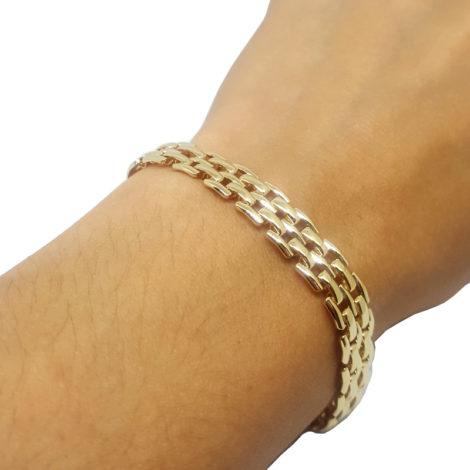 119e18 pulseira lajotinha feminina folheada ouro 18k brilho sabrina joias folheados foto no braco da modelo