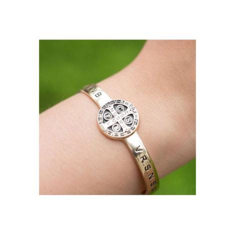 1700418 bracelete ajustavel medalha sao bento folheado a ouro dourado 18k com escrita em resina preta sabrina joias brilho folhados foto na modelo