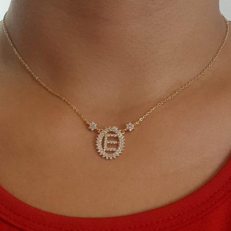 1900348 colar pingente oval letra e cravejado com zirconias branca folheado a ouro dourado 18k brilho folheados sabrina joias foto colar na modelo