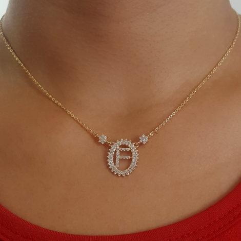 1900348 colar pingente oval letra f cravejado com zirconias branca folheado a ouro dourado 18k brilho folheados sabrina joias foto do colar na modelo