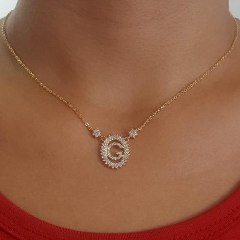 1900348 colar pingente oval letra g cravejado com zirconias branca folheado a ouro dourado 18k brilho folheados sabrina joias foto do colar na modelo