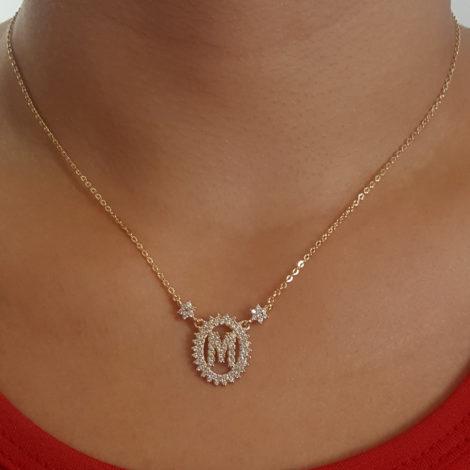 1900348 colar pingente oval letra m cravejado com zirconias branca folheado a ouro dourado 18k brilho folheados sabrina joias foto pescoço modelo