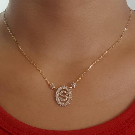 1900348 colar pingente oval letra s cravejado com zirconias branca folheado a ouro dourado 18k brilho folheados sabrina joias foto pescoço modelo