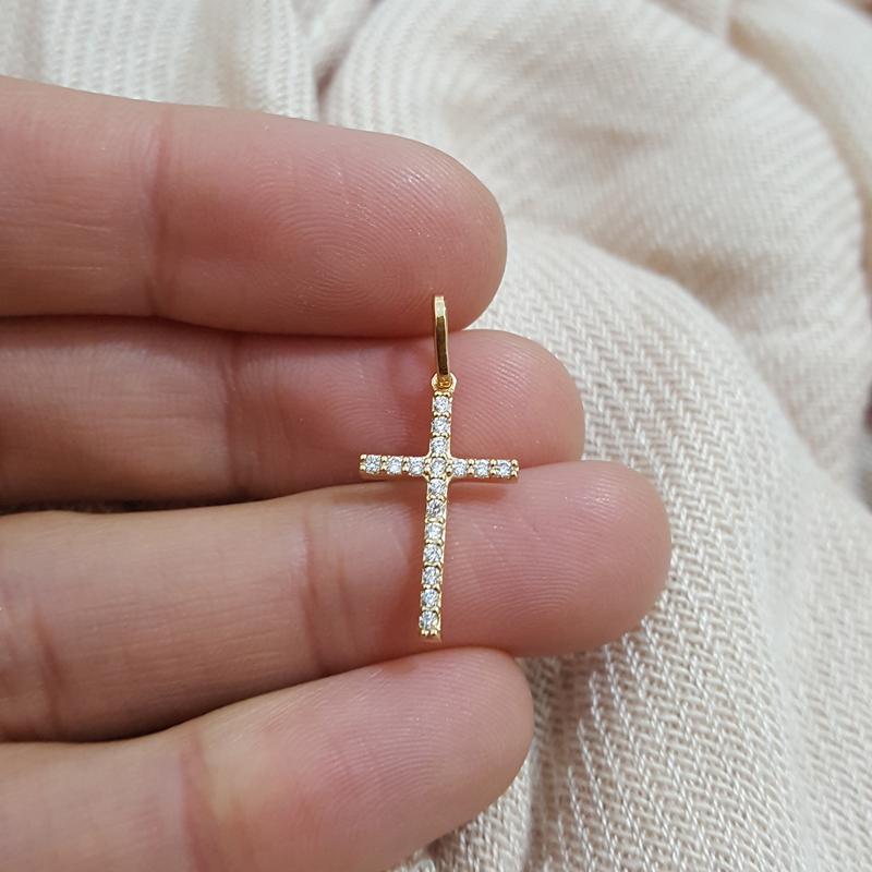 Pingente cruz pequena com zircônias joia folheada da marca Bruna Semijoias d667884376