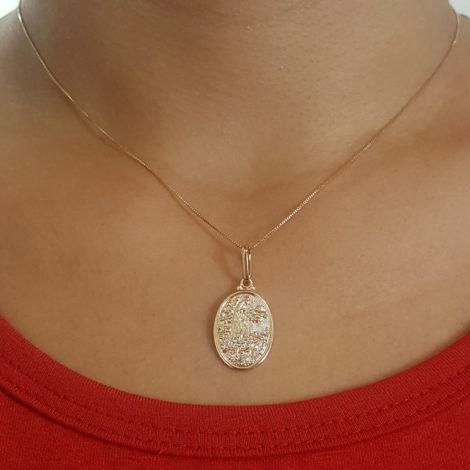 colar feminio com medalha de nossa senhora de fátima estampada oval folheada a ouro dourado 18k brilho folheados foto modelo