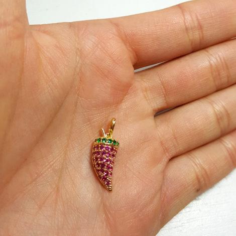 MB1152 pingente pimenta cravejado com zirconias rosa e verde joia folheada a ouro dourado 18k brilho folheados bruna semijoias