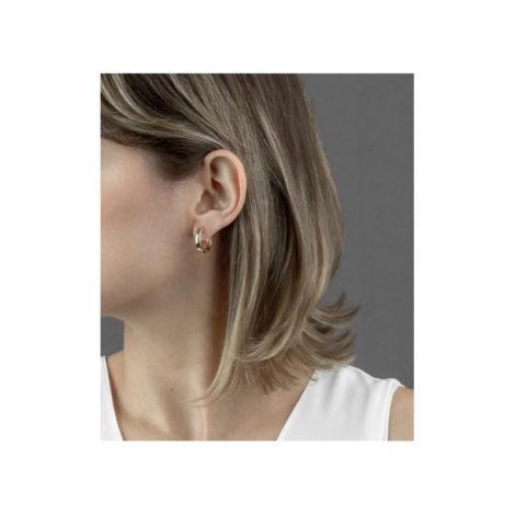 1690243 brinco argola lisa pequena folheada ouro 18k muito similar a uma joia de ouro mesmo brilho folheados sabrina joias foto na orelha da modelo 1