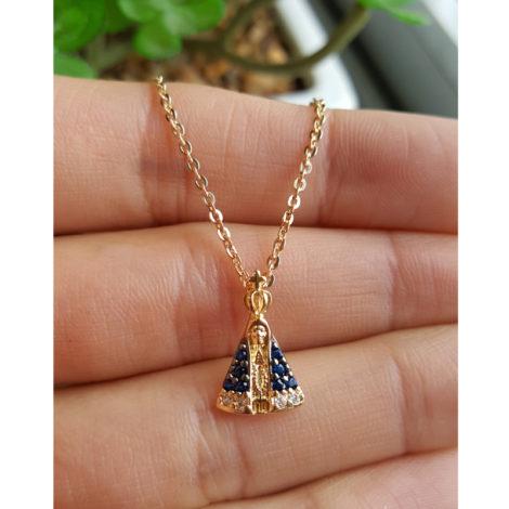 1800688 222e45 colar de mini nossa senhora aparecida com manto cravejado com zirconias azul colar de elos folheado a ouro 18k sabrina joias brilho folheados foto modelo 1