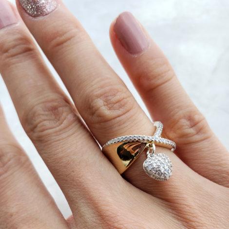 1910363 anel largo anatomico pingente coracao marca sabrina joias loja brilho folheados modelo usando 1