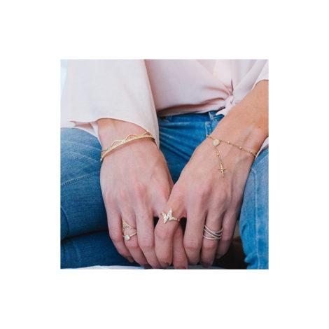 1910897 anel aro fino com design de batidas do coracao folheado a ouro dourado 18k sabrina joias brilho folheados foto modelo2