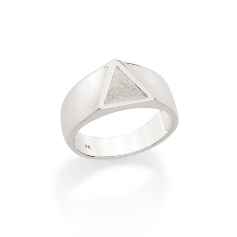 810202 Anel com aro largo tendo parte superior triangular com triangulo escupido no centro joia em prata colecao homem rommanel estilista mario queiroz brilho folheados