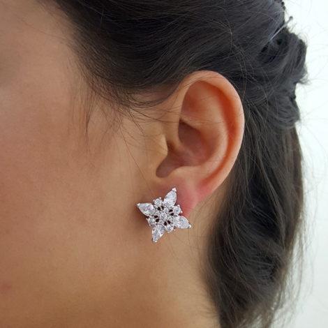 R1690189 brinco flor quadrada com gotas de zirconias e pedras redondas joia folheada a ouro branco rodio cor de prata com brilho sabrina joias brilho folheados foto orelha modelo