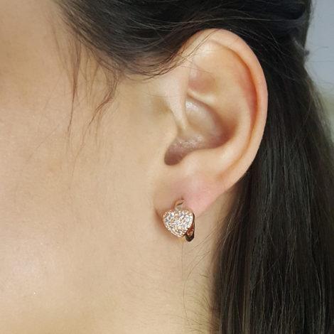 1676500 rose brinco argola pequena com coracao cravejado com zirconias brilhantes folheado a ouro rose brilho folheados sabrina joias foto modelo 1